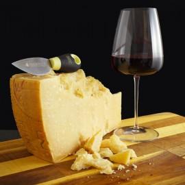 Punta di Parmigiano Reggiano stagionato oltre 60 mesi con calice di vino rosso