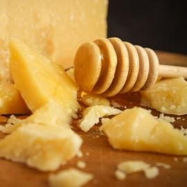 Scaglie di Parmigiano Reggiano stagionato oltre 36 mesi abbinato al miele