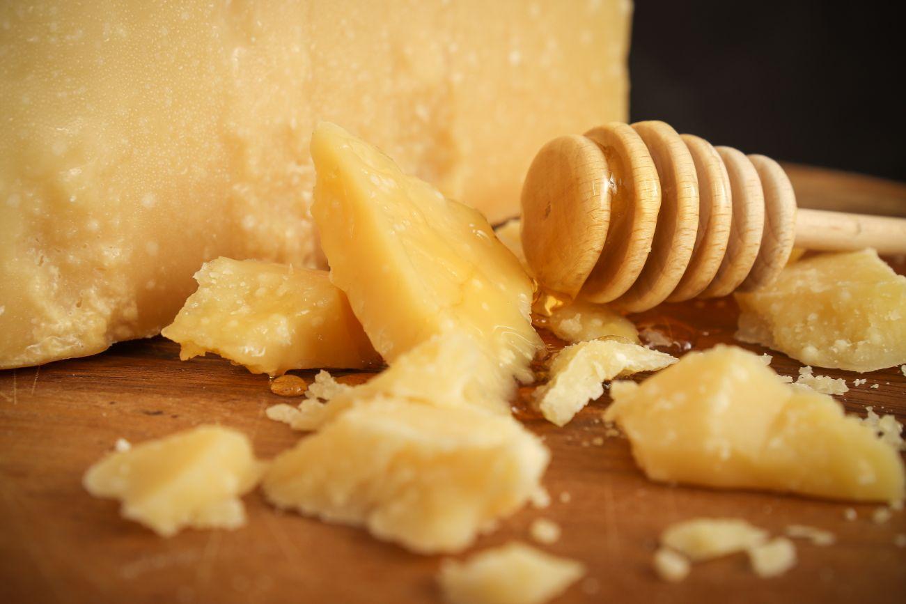 Parmigiano Reggiano DOP stagionato oltre 36 mesi e miele
