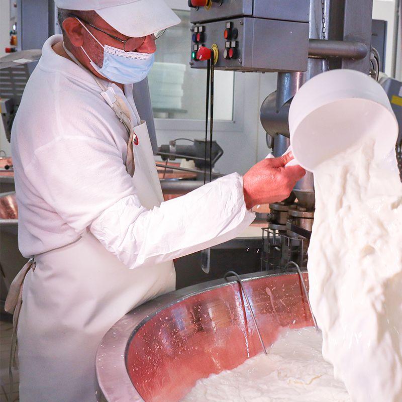 Lavorazione del latte per ottenere il Parmigiano Reggiano