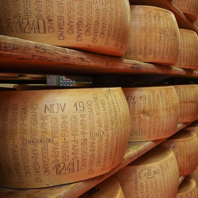 marchi impressi su delle forme di Parmigiano Reggiano nel Caseificio4Madonne